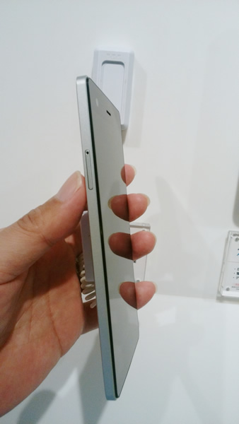 VAIO® Phone Biz左側